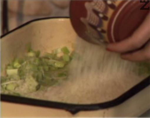 Прибавяме ориза, маслините и нарязания на кубчета морков.