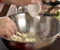 В средата се прави кладенче и се добавя разтопено масло, и яйце. Замесва се гладко тесто, като се добавя по малко вода.