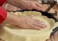Охладеното тесто се разточва на кора с дебелина 1 см и се оформя според размера на тавата за печене. Кората се слага в тавата.
