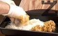 В тавичка се смесват двата вида брашна, а в купа се разбиват три яйца. Панираме кюфтетата първо в брашно и после потапяме в яйца. Пържим в 50 мл. сгорещено олио по 2-3 минути от всяка страна. Изваждаме кюфтетата и сервираме.