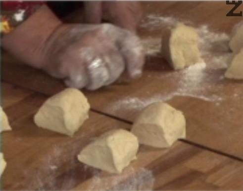 Нарязваме го на 10-12 парчета, които оформяме на топчета. Поставяме ги в набрашнена тава, покриваме ги с кърпа и ги оставяме да втасат.
