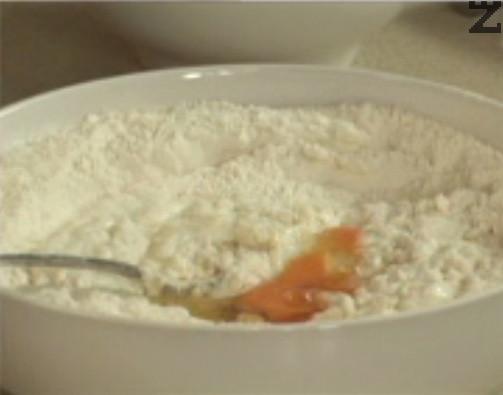 Поливаме с олио, слагаме яйцето. Замесваме меко тесто, оставяме го да почине за кратко.