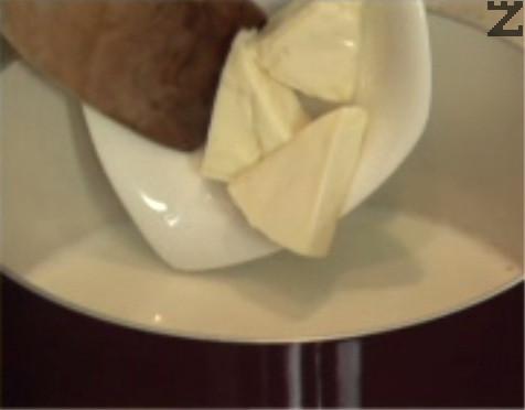 Приготвяме застройката. Затопляме млякото, слагаме и топеното сирене. Разбъркваме и изчакваме сиренето да се разтопи.