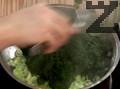 Задушаваме в масло нарязания на ситно праз лук, добавяме спанак и поръсваме със сол и черен пипер.