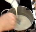 В касарола разтопяваме масло и запържваме брашно. Наливаме прясно мляко и връщаме съда на котлона.