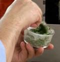 Пълним до ¾ от обема на формичките. Печем във фурна, загрята на 200 градуса, която е леко отворена, около 30 мин.