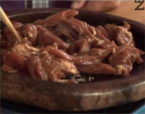 Поставяме свинското в предварително загрят сач. Поливаме с 3 с.л. олио, запържваме месото от всички страни, прехвърляме го в купа. По същия начин приготвяме и пилешкото месо. /Пържим го за 10 мин. и го прехвърляме в купа/