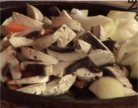 Нарязваме зеленчуците на едро, поставяме ги в сача, без киселите краставички. Запържваме ги в сгорещена мазнина.
