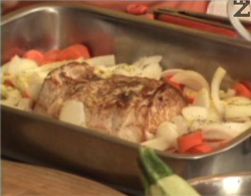 Нарязваме зеленчуците на едро, подреждаме ги около месото.