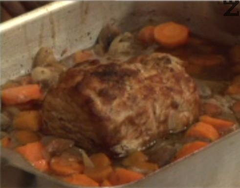 След като месото се изпече, в купа прехвърляме зеленчуците с част от бульона.