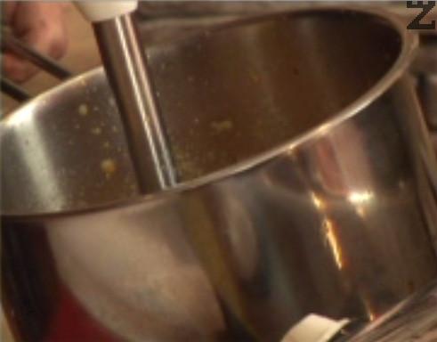 Наливаме прясното мляко, пасираме, докато се получи гладък крем.