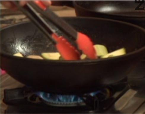 Приготвяме гарнитурата. Нарязваме тиквичката на едри кубчета, запържваме я в масло, заедно с целите печурки, на които сме отстранили пънчетата. Поръсваме със зеленчукова подправка, разбъркваме.