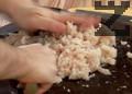 Нарязваме кромида и го запържваме в зехтин. Накълцваме рибното филе на ситно.