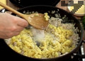 Слагаме го в тиган, добавяме намачкани варени картофи, поръсваме със сол, черен пипер и нарязан пресен копър.