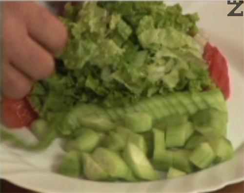 Редим зеленчуците в чиния, слагаме и листата зелена салата.