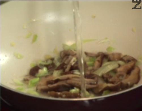 Наливаме бялото вино, изчакваме течността да се изпари. Добавяме захарта, соевия сос, соса от стриди и белия пипер. Задушаваме за кратко.