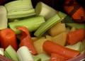 Нарязваме на едро моркови, картофи и праз лук. Прехвърляме ги в гювеч, наливаме олио, поръсваме със сол и разбъркваме. Слагаме гювеча във затоплена до 120С фурна и загряваме до 200С и от този момент зеленчуците се пекат 20 минути.