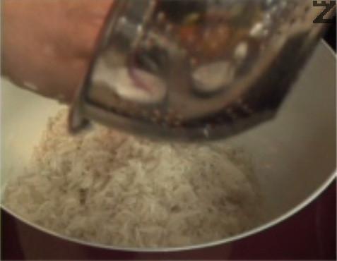 Измиваме ориза със студена вода 6-7 пъти, докато течността стане бистра. След като отмием нишестето, поставяме ориза в тенджера.