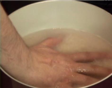 Наливаме толкова вода, че като си сложим ръката върху ориза, непокрито да остава само кокалчето на средния ни пръст. След като водата заври, намаляваме котлона на най-ниската степен.