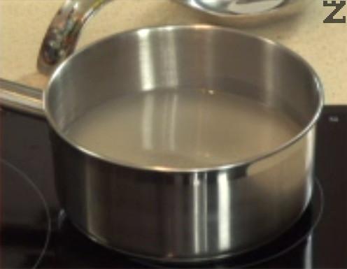 Приготвяме плънката. Измиваме ориза със студена вода. След като течността стане бистра, прехвърляме ориза в тенджера. Заливаме с 300 мл студена вода и посоляваме. Варим на бавен огън до готовност.