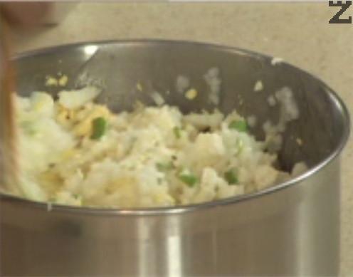 Нарязваме стръкчето пресен лук на ситно, прибавяме го към сварения и отцеден ориз. Натрошаваме сиренето, добавяме и наситнените яйца. Разбъркваме добре сместа за плънката.