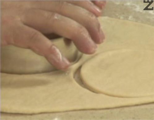 Върху набрашнена повърхност разточваме отпочиналото тесто на тънки кори. С помощта на метален ринг изрязваме малки кръгчета.