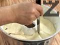 """Правим прорези с нож по повърхността на кекса, за да се получи впоследствие """"мраморната"""" шарка. Печем около 50 мин. във фурна, загрята на 170 градуса. Оставяме да се охлади и по желание можем да полеем шоколадов топинг за да го декорираме и да поръсим с малко кокосови стърготини."""