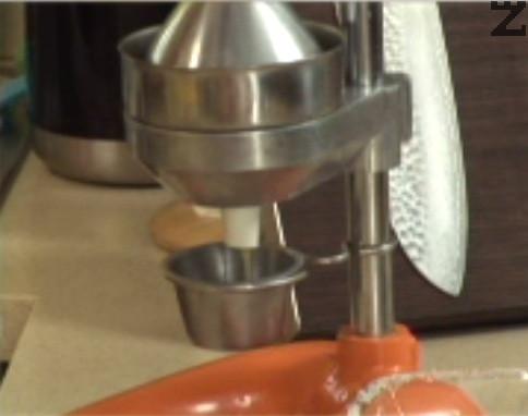Приготвяме дресинга. Отцеждаме сока на ½ портокал, прехвърляме го в купа.