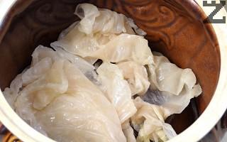 Дъното на глинен гювеч се намазва с олио или мас и се покрива с отрязаните кочани на зелевите листа. Добавят се още няколко парчета зеле, така че дъното да е покрито.