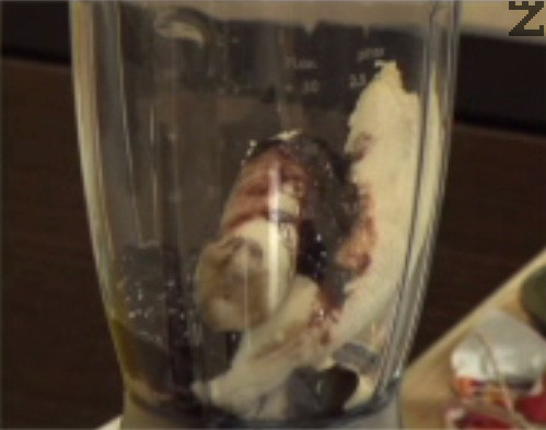 Слагаме обелените банани в блендер, добавяме млякото и сладкото.