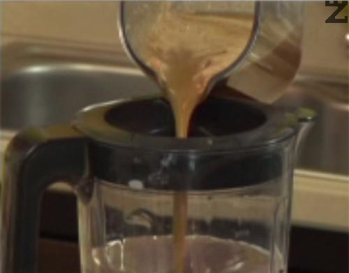 Пюрираме, като постепенно и при непрекъснато бъркане наливаме ябълковия сок. Поднасяме в декорирани чаши.