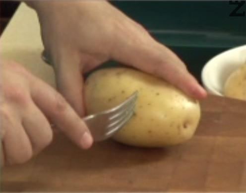 Надупчваме с вилица картофите на няколко места. Поставяме ги в подходящ за микровълнова фурна съд, без да ги белим. Поливаме с малко олио, покриваме с капак или хартия за печене.