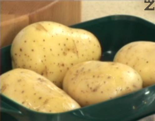 Печем на максималната мощност на фурната /850 вата/ за около 20 мин., след което оставяме картофите да изстинат.