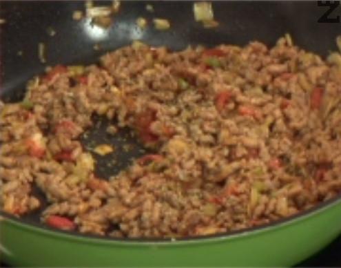 Поръсваме с чубрица, сол и черен пипер на вкус. Добавяме доматеното пюре и отново разбъркваме.