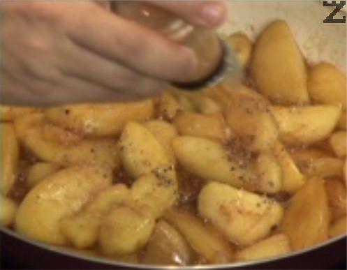 Задушаваме ги за 8-10 мин. на тих огън или докато омекнат и по-голяма част от водата се изпари. В хаванче стриваме зрънцата кардамон, прехвърляме към ябълките. Добавяме ванилия, канела и смлян джинджифил по желание.