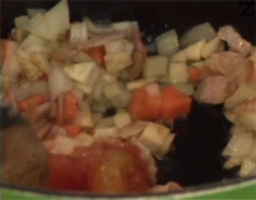 След като се позачерви, добавяме и нарязаните на ситно зеленчуци.