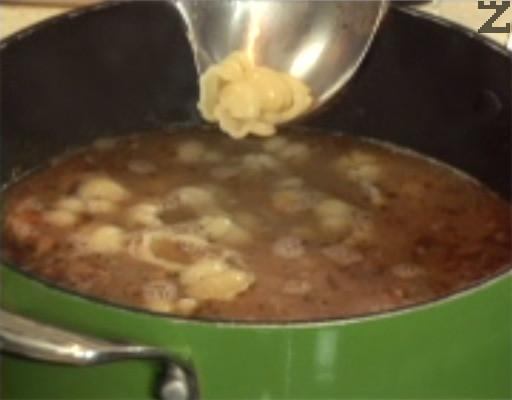 Прехвърляме и сварената паста, заедно с водата. Разбъркваме, варим още 1 мин.