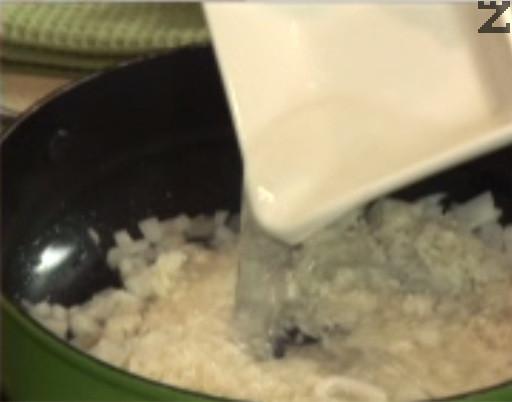 Заливаме с 300 мл гореща вода, посоляваме и задушаваме на бавен огън под капак, докато ориза омекне и поеме цялата течност.