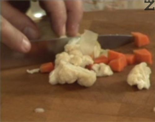 Нарязваме на дребно зеленчуците от туршия и ги редим върху бобеното пюре.