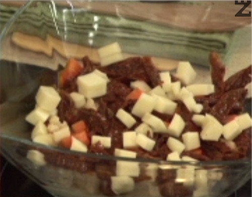 Отгоре слагаме ивички сушени домати , върху тях подреждаме кубчетата кашкавал.
