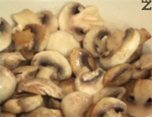Нарязваме печурките на по-едри филийки и ги запържваме за 1-2 мин. на силен огън, като в началото не разбъркваме. Пържим, докато придобият леко златист оттенък. Посоляваме в самия край.