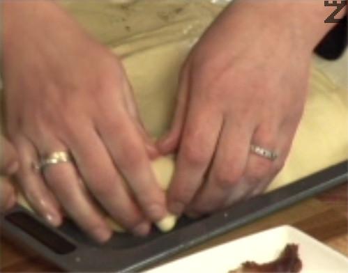 Покриваме с втория лист бутер тесто и притискаме добре краищата.