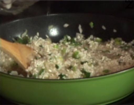 Прехвърляме и предварително измития ориз. Наливаме малко вода и лимонов сок. Поръсваме с черен пипер на вкус и сол, разбъркваме, варим ориза за кратко.
