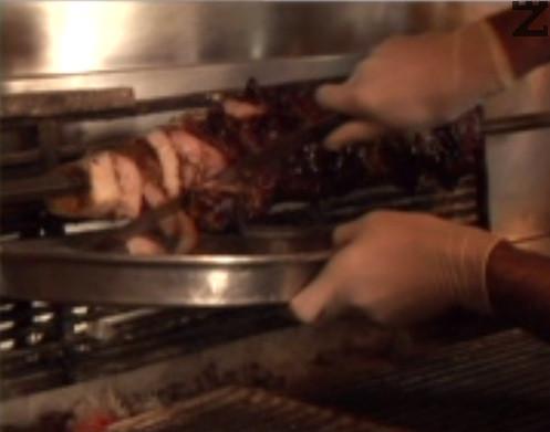 Изпичаме месото на барбекю в продължение на 2 часа, на не много силен огън. Въртим шиша постоянно, за да не загори месото или пък за да не остане сурово.