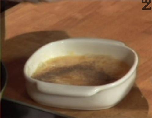 В купичка разбиваме яйцата, поръсваме със сол и черен пипер.