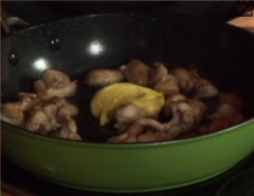 Посоляваме, слагаме горчицата. Поливаме с лимонов сок и малко вода. Поръсваме с черен пипер и оставяме месото да се задуши на по-силен огън. В самия край добавяме сушен риган.