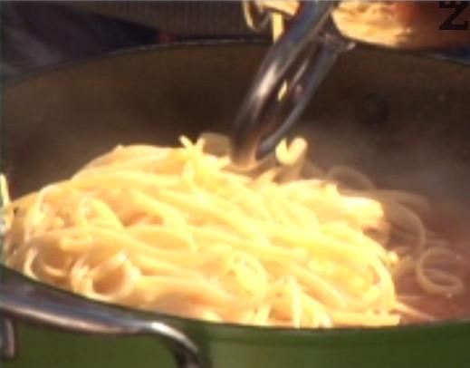 Задушаваме на слаб огън приблизително 7 мин., махаме скаридите и прехвърляме пастата към соса.