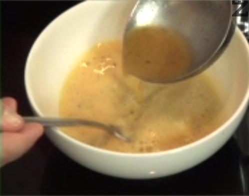 През това време смесваме жълтъка с лимоновия сок, за да приготвим застройката. Когато времето за варене изтече, оттегляме супата от котлона. Изчакваме 3-5 мин., след което наливаме 2-3 черпака към застройката.