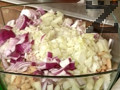 Нарязваме кромид лук на ситно и го слагаме в купата върху боба. Загряваме добре олио в тигана.