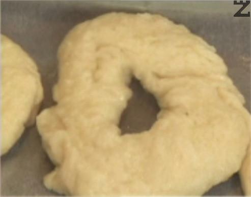 Поставяме кравайчетата в центъра на предварително затоплена фурна, печем на 180 градуса за 10 мин.